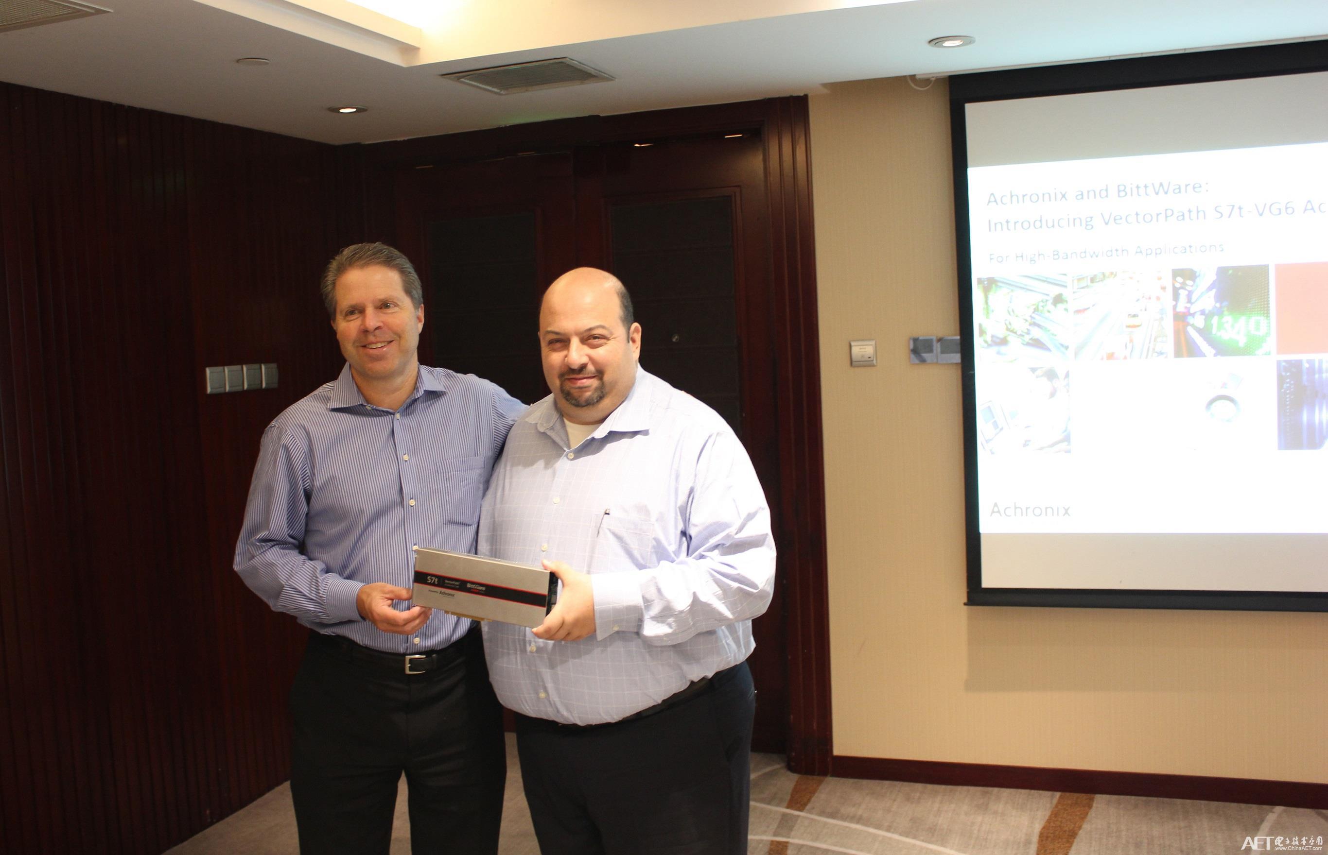 Steve Mensor和Sam Bichara展示采用Speedster7t FPGA芯片的VectorPath加速卡.JPG