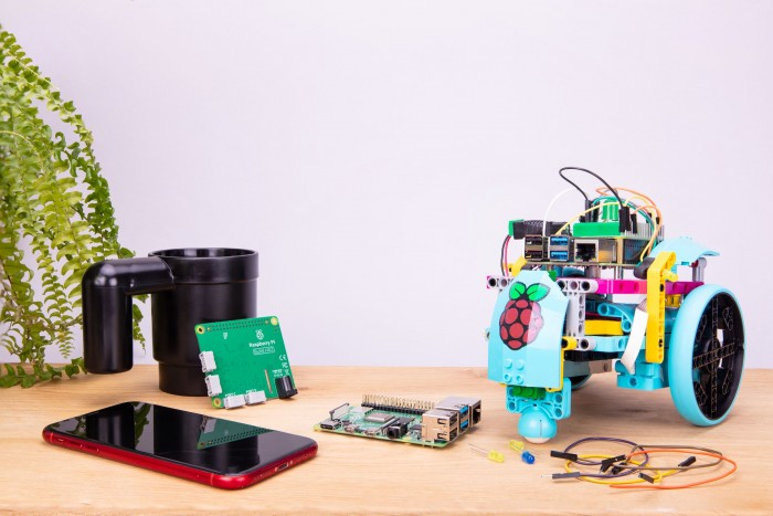 树莓派展示Build HAT新配件 可轻松编程控制乐高机器人